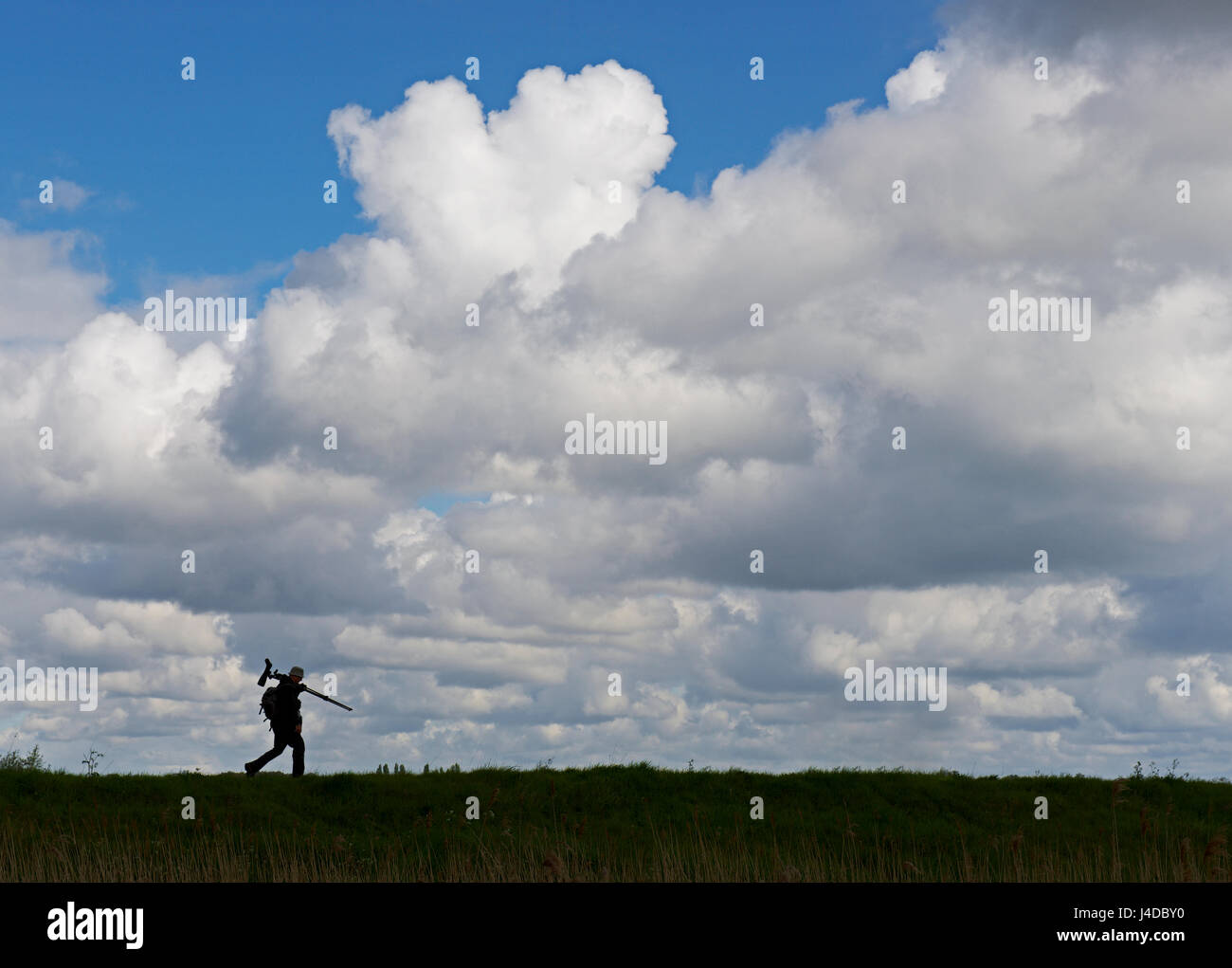 bird-watcher-with-spotting-scope-at-lakenheath-fen-an-rspb-nature-J4DBY0.jpg