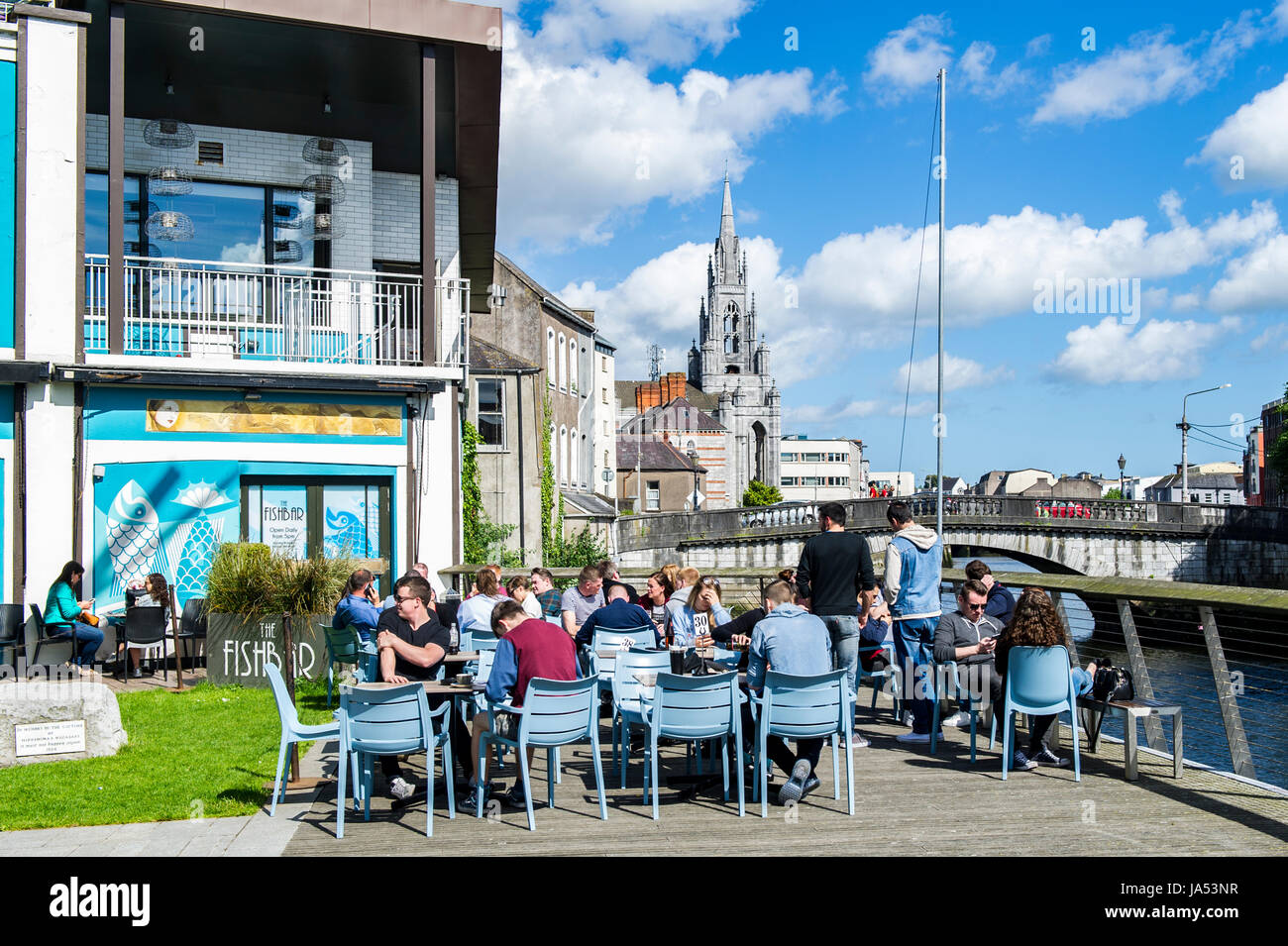people-drink-eat-and-enjoy-the-sunshine-at-the-electric-bar-south-JA53NR.jpg