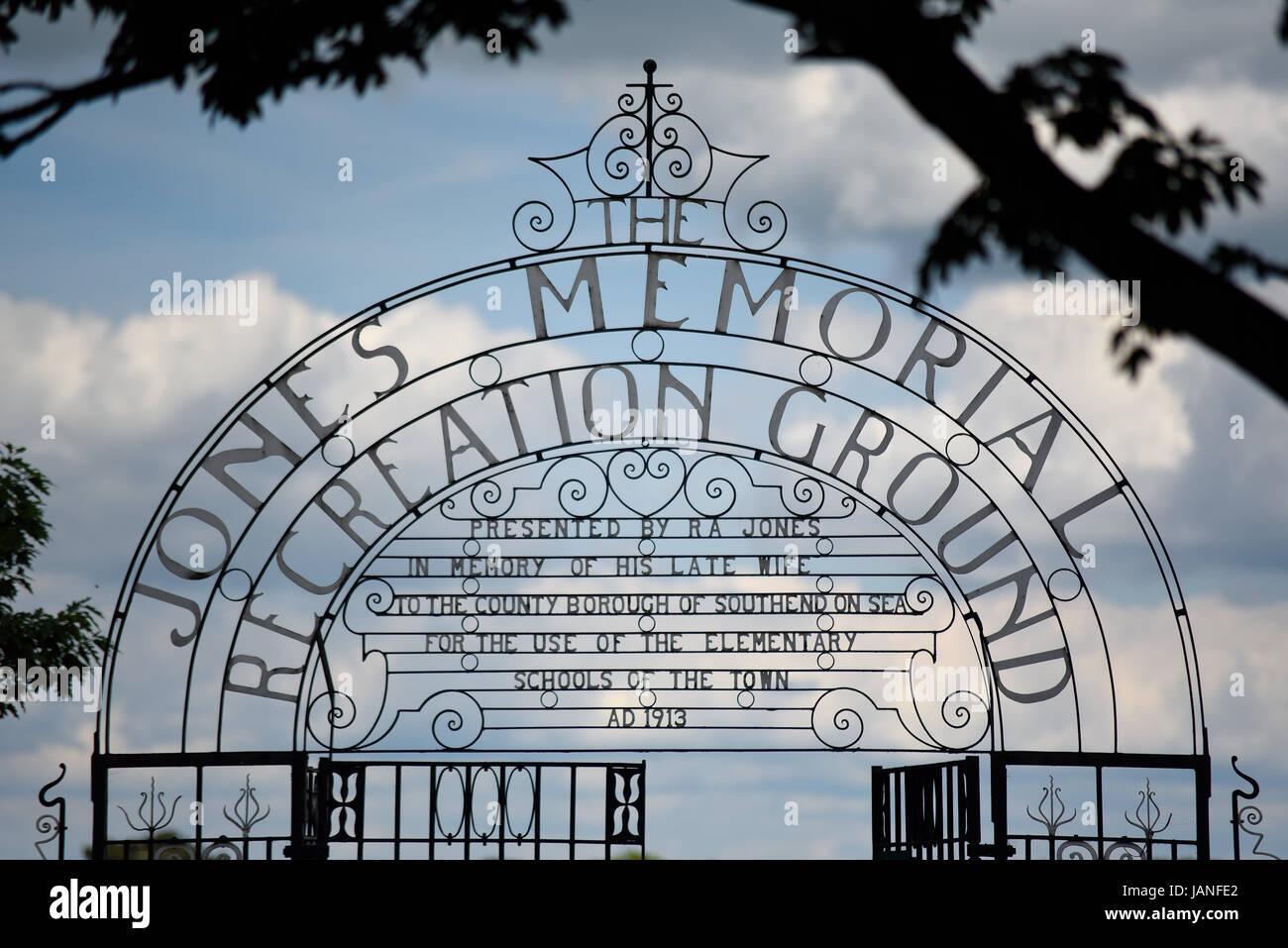 jones-memorial-recreation-ground-gates-in-southend-on-sea-essex-entrance-JANFE2.jpg