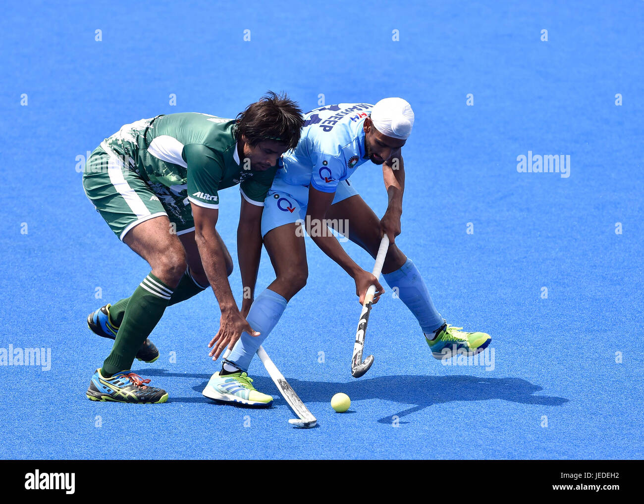 London, UK. 24th June, 2017. SINGH Manpreet (C) (IND), tries to getting the ball from opponent during Hero Hockey - Stock Image