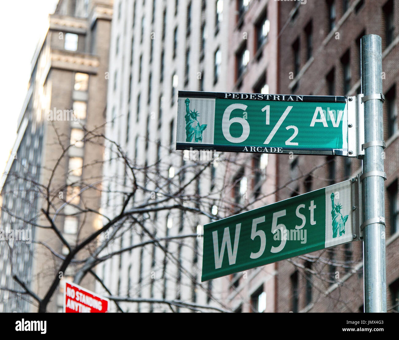 green-street-signs-in-manhattan-JMX4G3.j