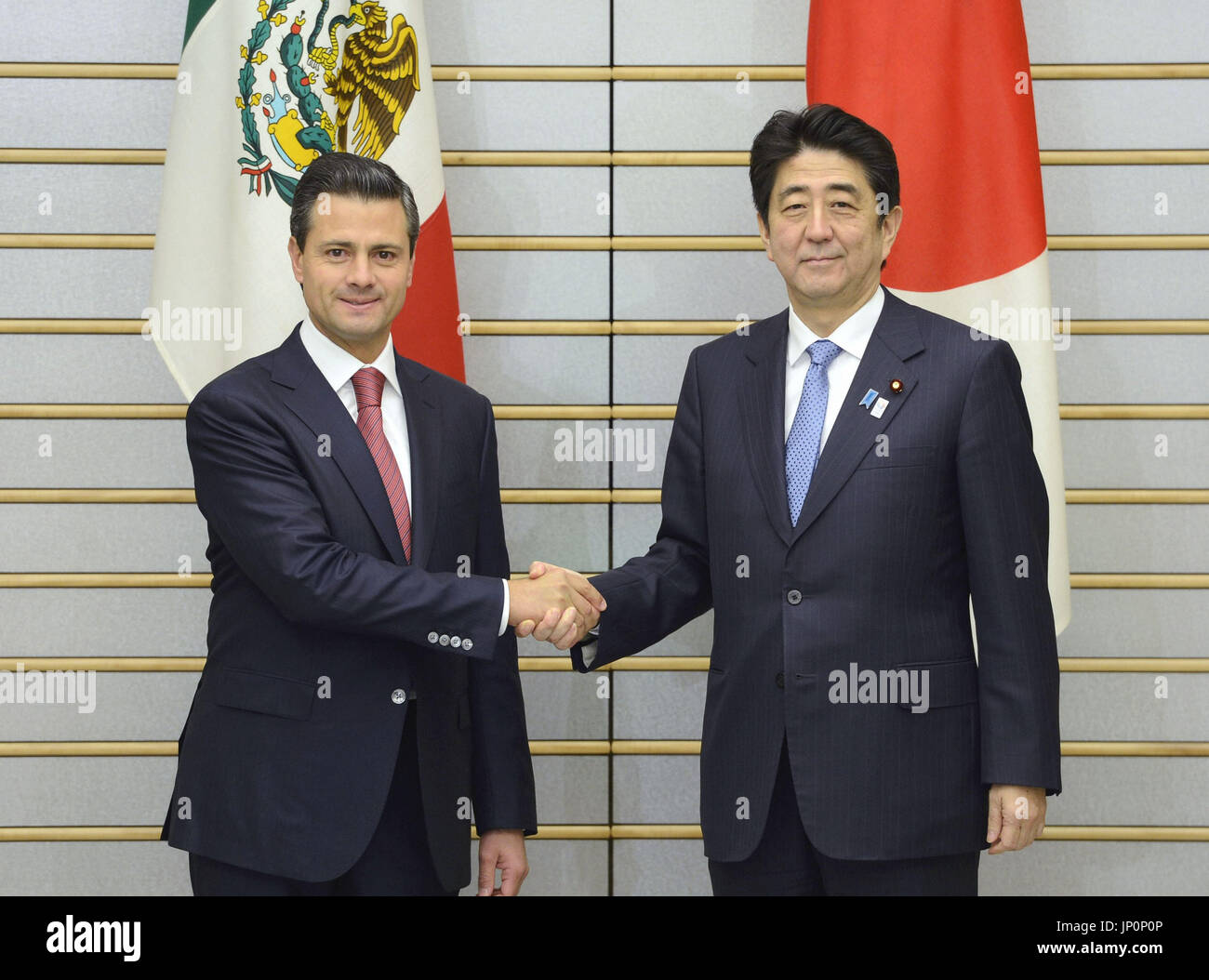 ¿Cuánto mide Enrique Peña Nieto? - Real height Tokyo-japan-mexican-president-enrique-pena-nieto-l-and-japanese-prime-JP0P0P