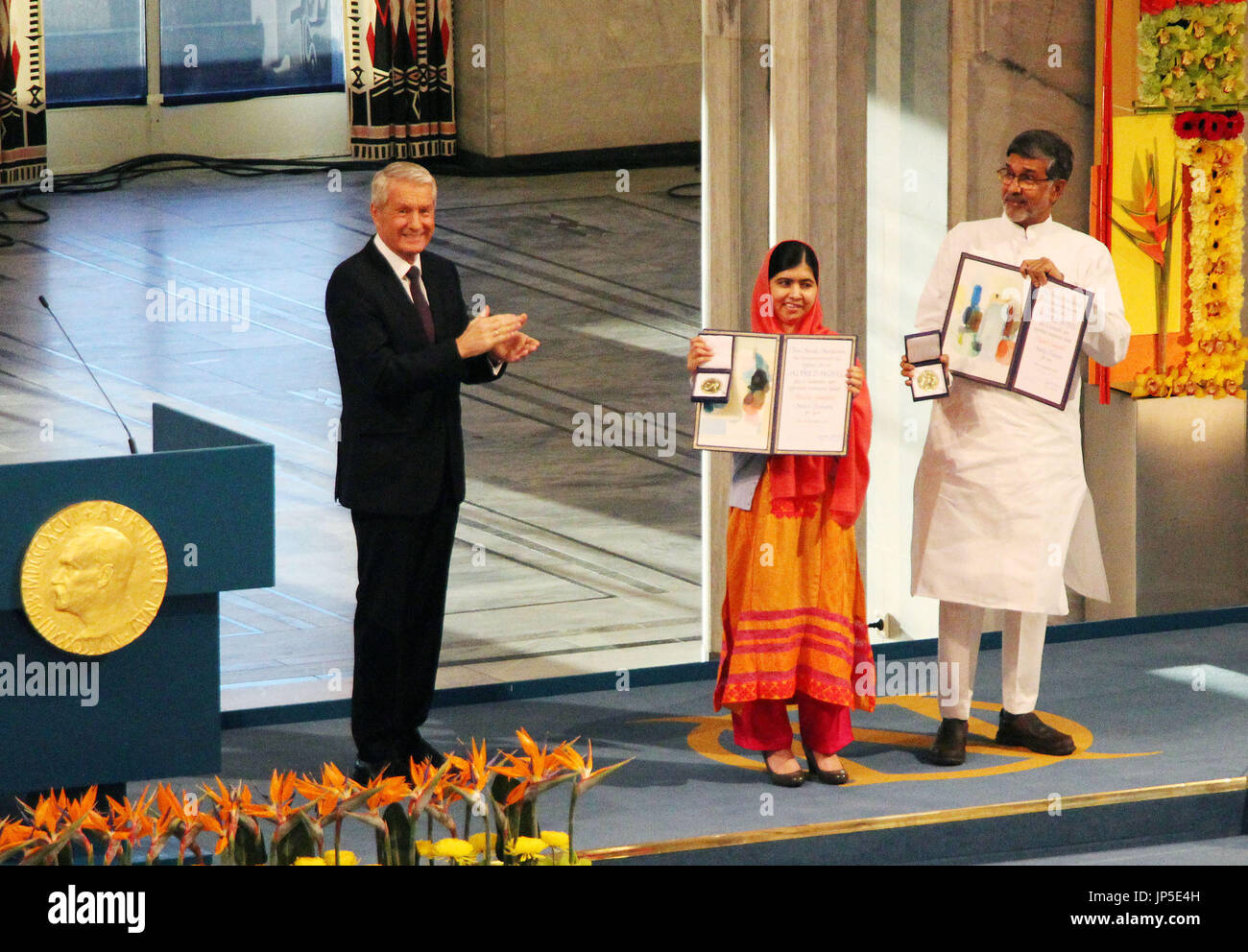 OSLO, Norway - - Children's rights advocate Kailash Satyarthi of India (R) and girls' education campaigner Malala Yousafzai of Pakistan (C) receive the year's Nobel Peace Prize in Oslo, Norway, on Dec. 10, 2014. (Kyodo) - Stock Image