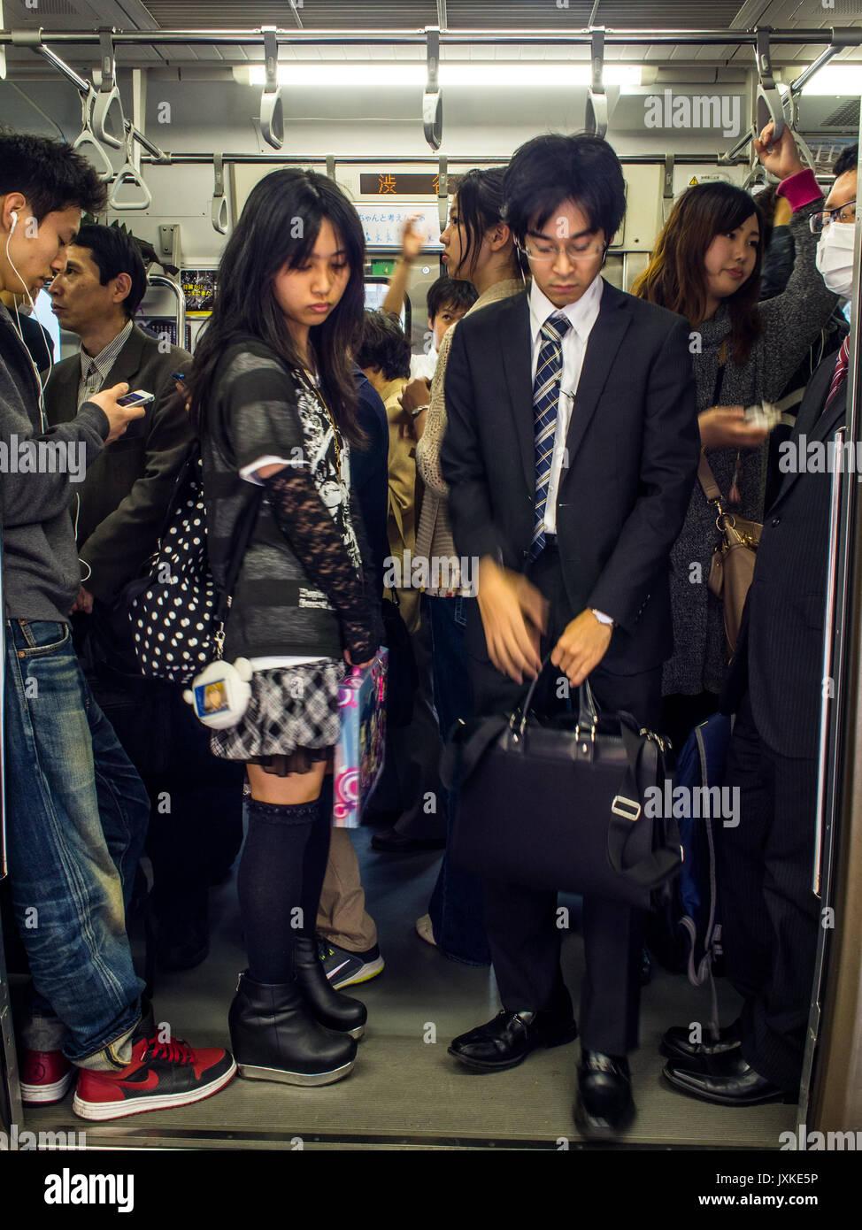 Crowded commuter train, Shinjuku Station, Toko, Japan - Stock Image