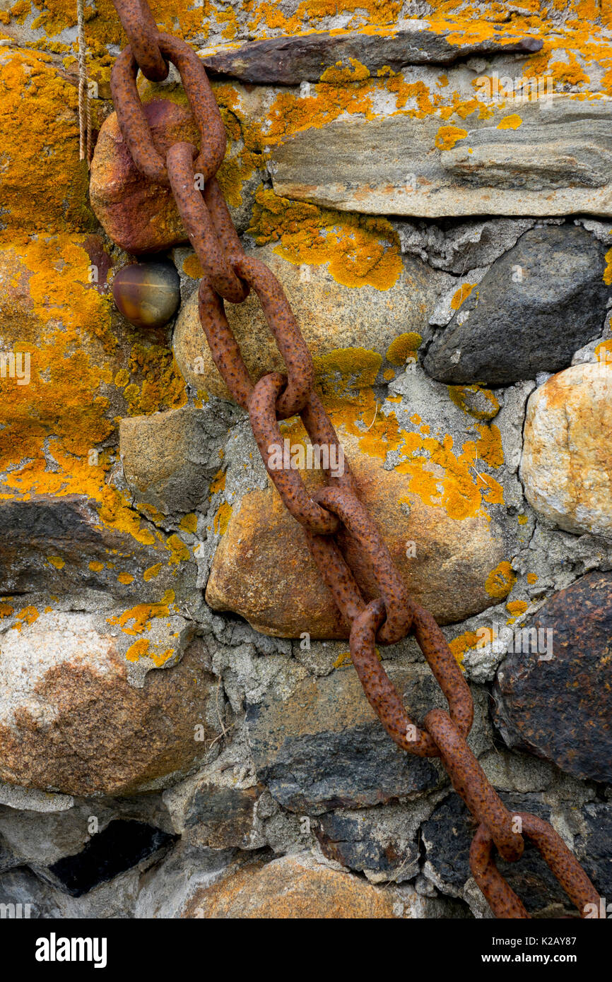 usa-maine-me-monhegan-island-an-old-rusty-chain-on-a-rock-wall-with-K2AY87.jpg