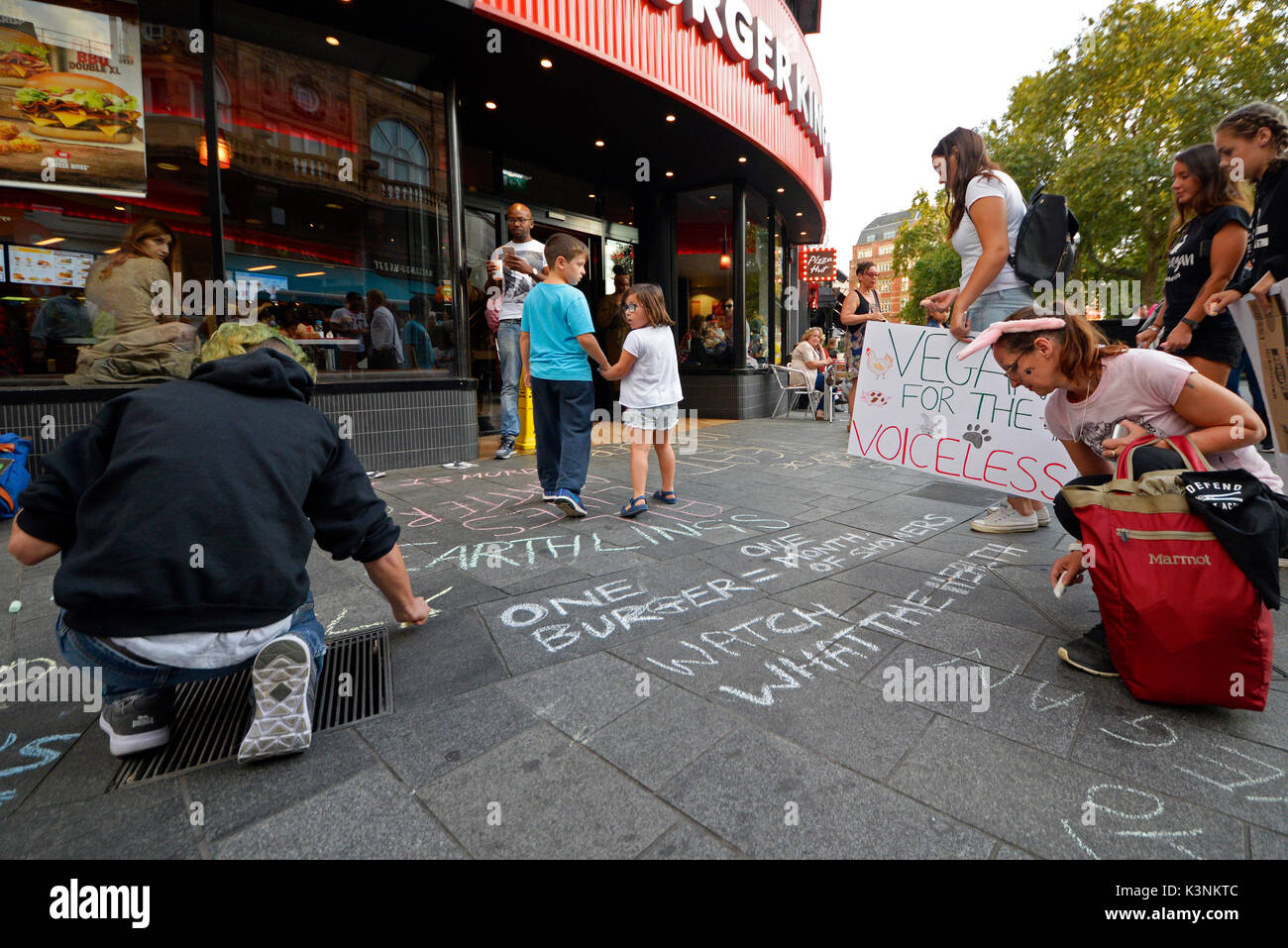 animal-rights-protesters-outside-burger-king-leicester-square-attempting-K3NKTC.jpg