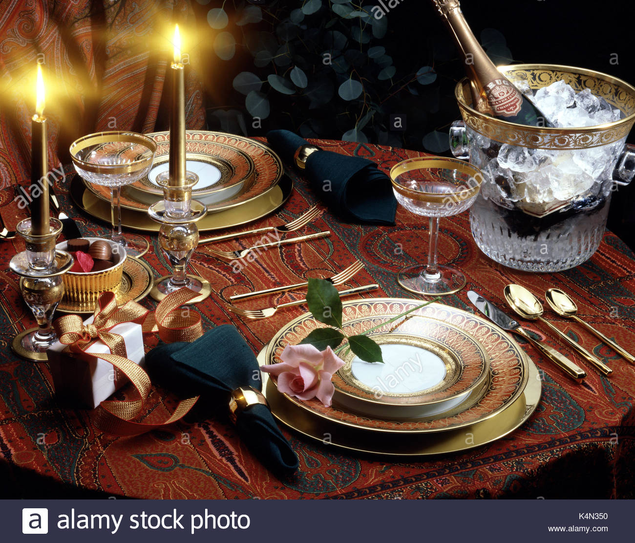 ROMANTIC TABLE SETTING FOR TWO & ROMANTIC TABLE SETTING FOR TWO Stock Photo: 157815420 - Alamy