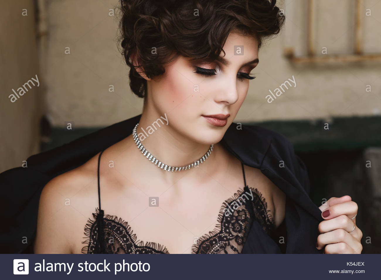 Brunette young woman looking away - Stock Image