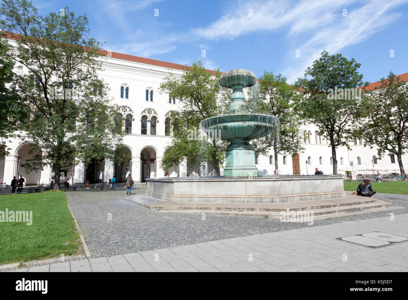 University of Munich with fountain feature - Stock Image