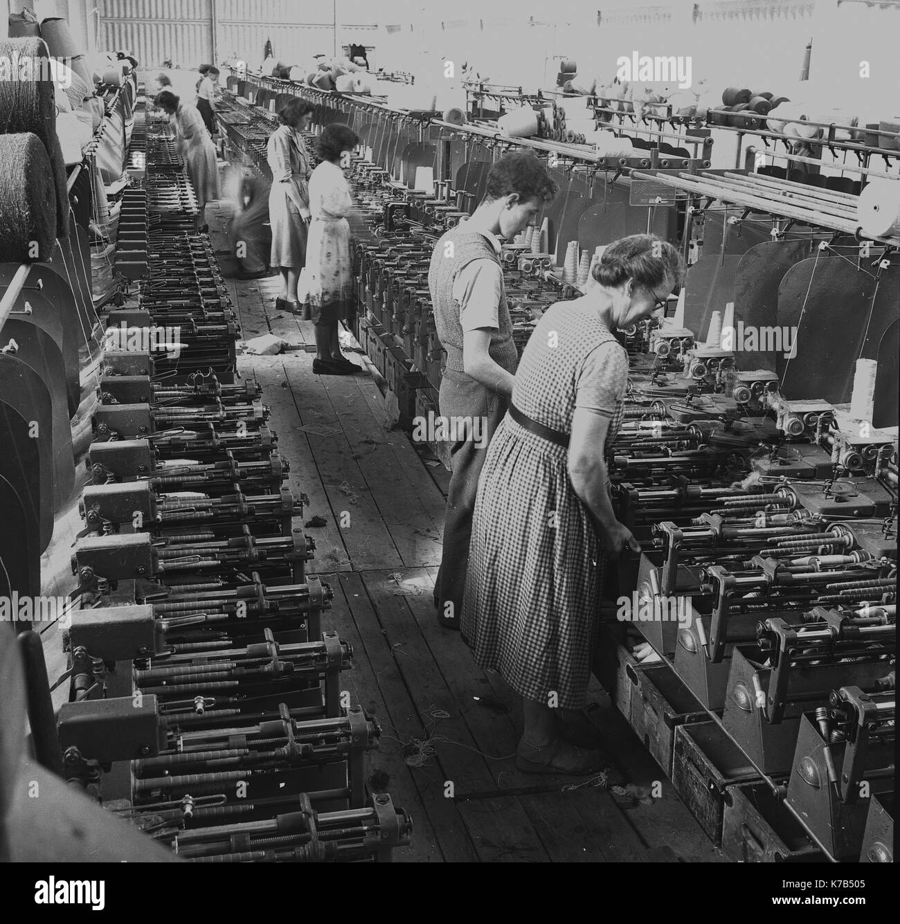 1950s, historical, Irish weavers, female workers standing on wooden floorboards using mechanised linen looms, Northern - Stock Image