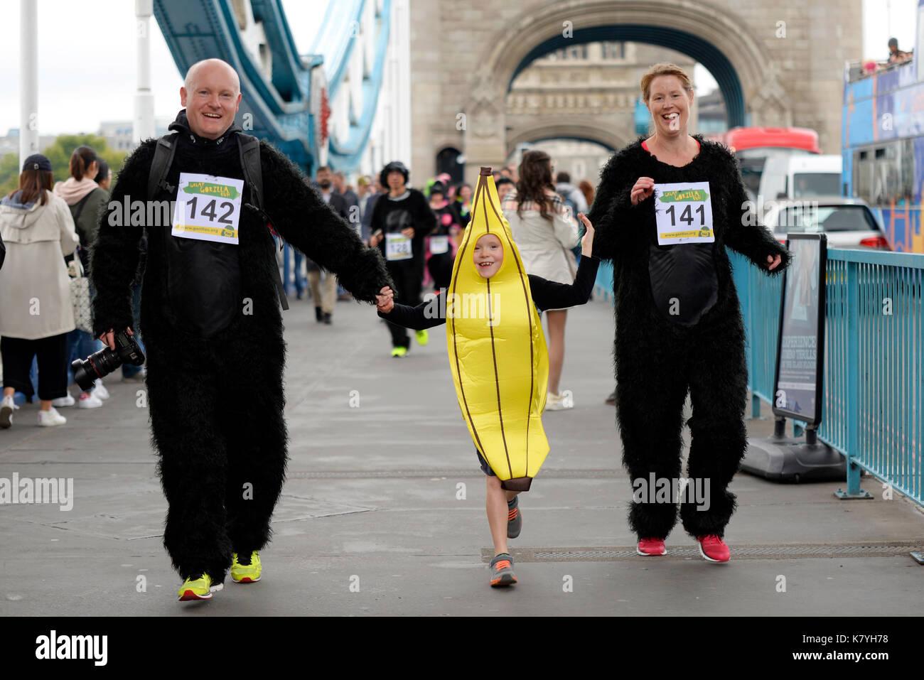 great-gorilla-run-london-family-running-across-tower-bridge-child-K7YH78.jpg