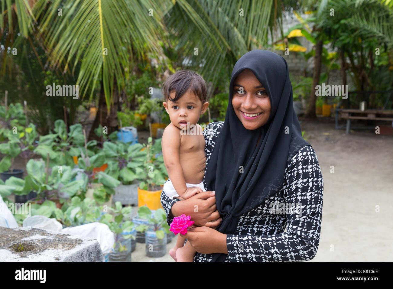 maldives-people-a-young-maldives-asian-muslim-woman-carrying-a-child-K8T06E.jpg