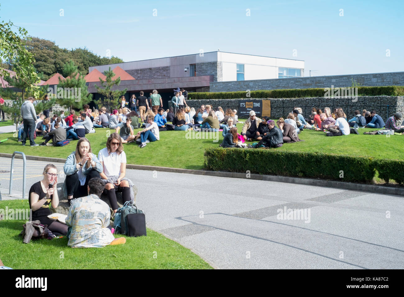 Cornwall, UK. 25th Sep, 2017. UK Weather. Students converge on the green areas of Falmouth University's Tremough Stock Photo
