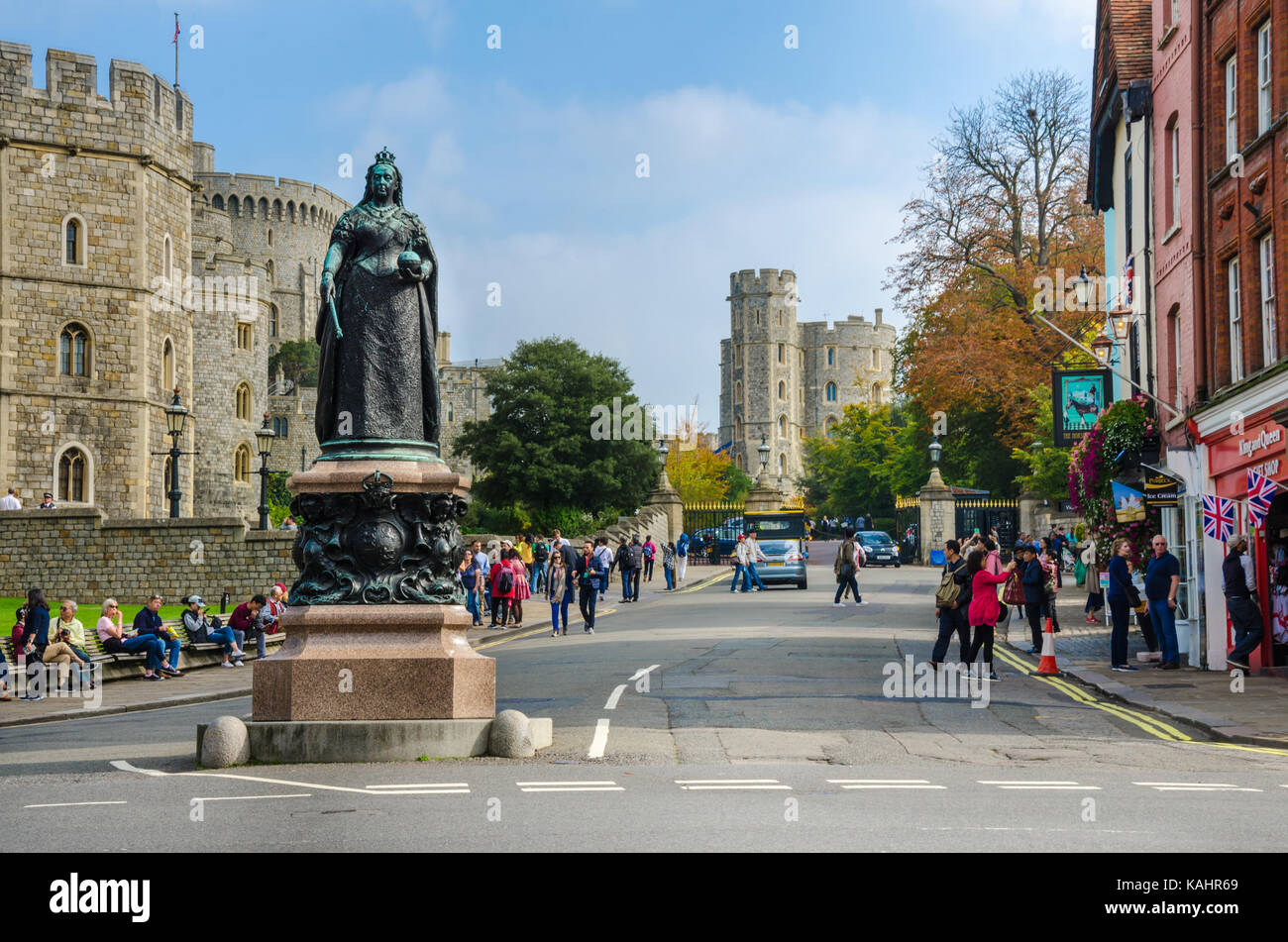 a-statue-of-queen-victoria-stands-outside-windsor-castle-in-windsor-KAHR69.jpg