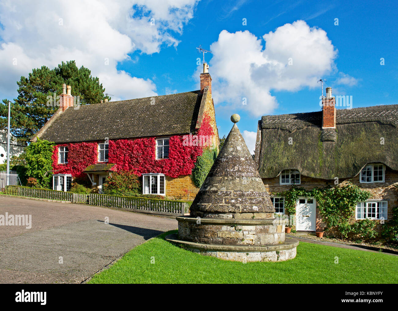 buttercross-on-village-green-hallaton-leicestershire-england-uk-KBNYFY.jpg