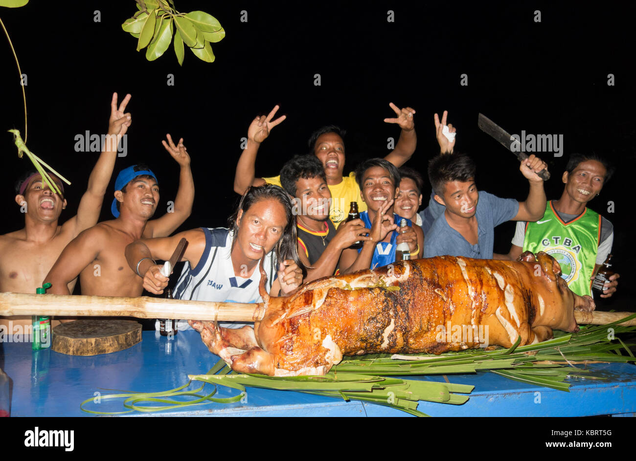 philippines-holiday-staff-and-prepared-hog-roast-tao-farm-el-nido-KBRT5G.jpg