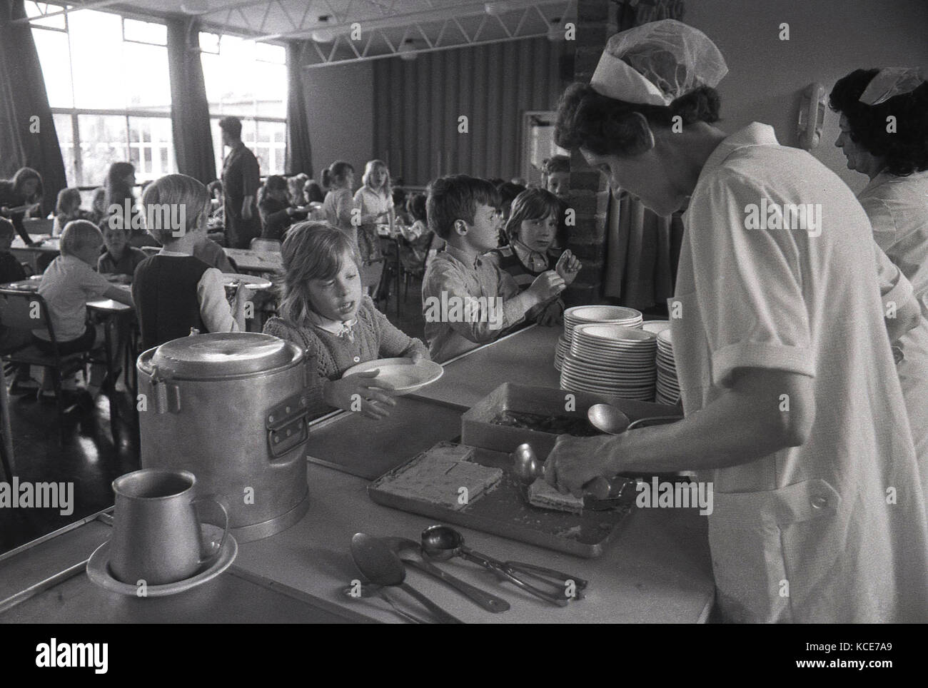 1970s, historical, school dinner ladies serving food to children at lunchtime, Langbourne Primary School, Dulwich, - Stock Image