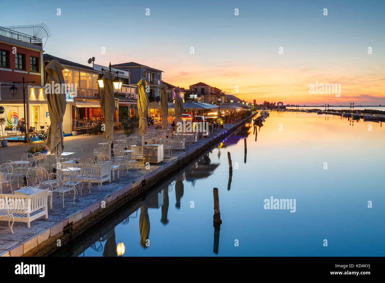 Coffee shops and restaurants in the harbour of Lefkada town, Greece. - Stock Image