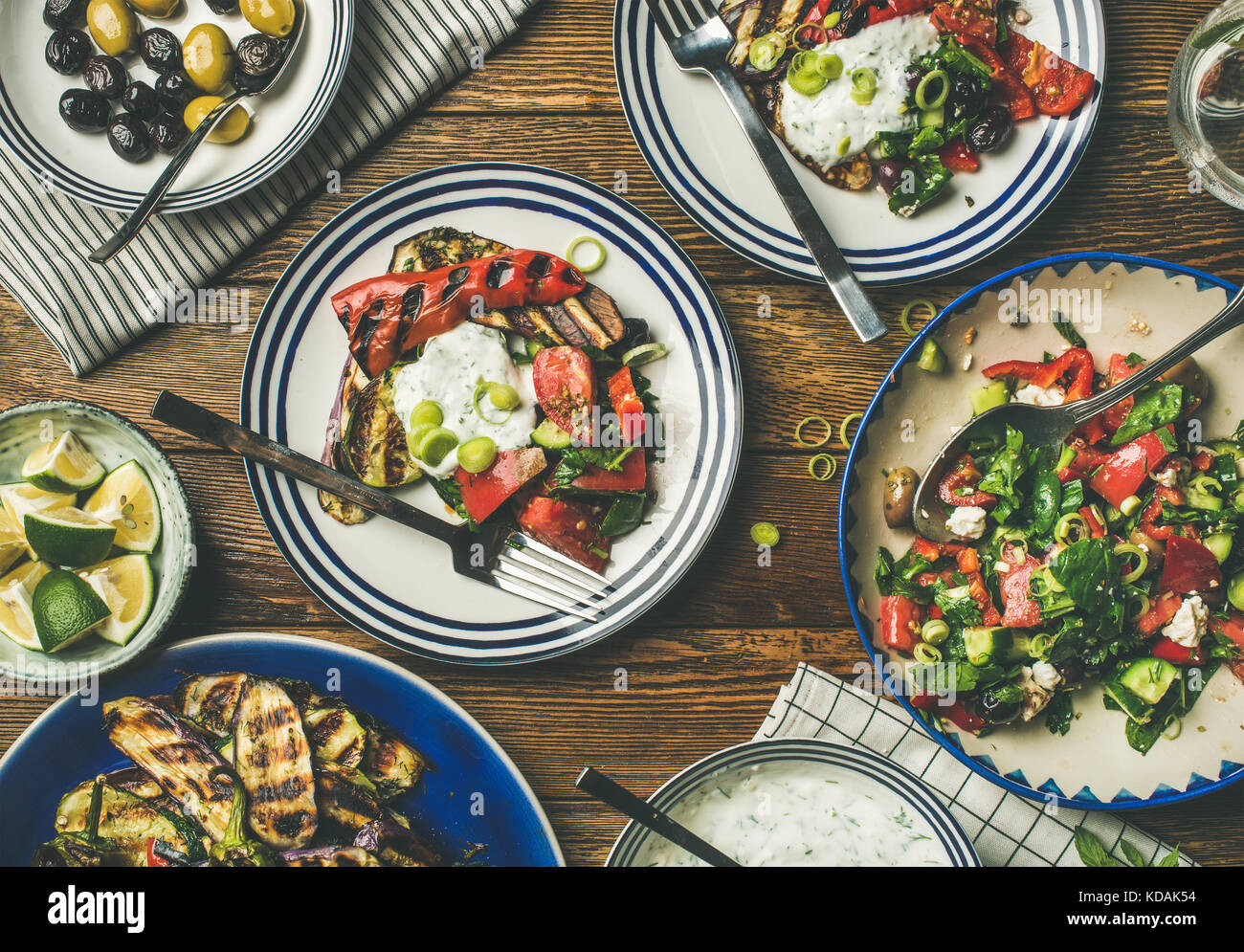 Flat-lay of healthy dinner table setting with green salad - Stock Image