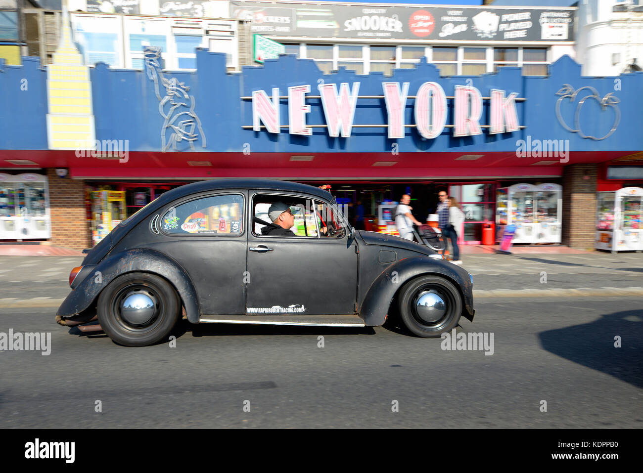 vw-beetle-passing-new-york-amusement-arcade-during-a-classic-car-show-KDPPB0.jpg
