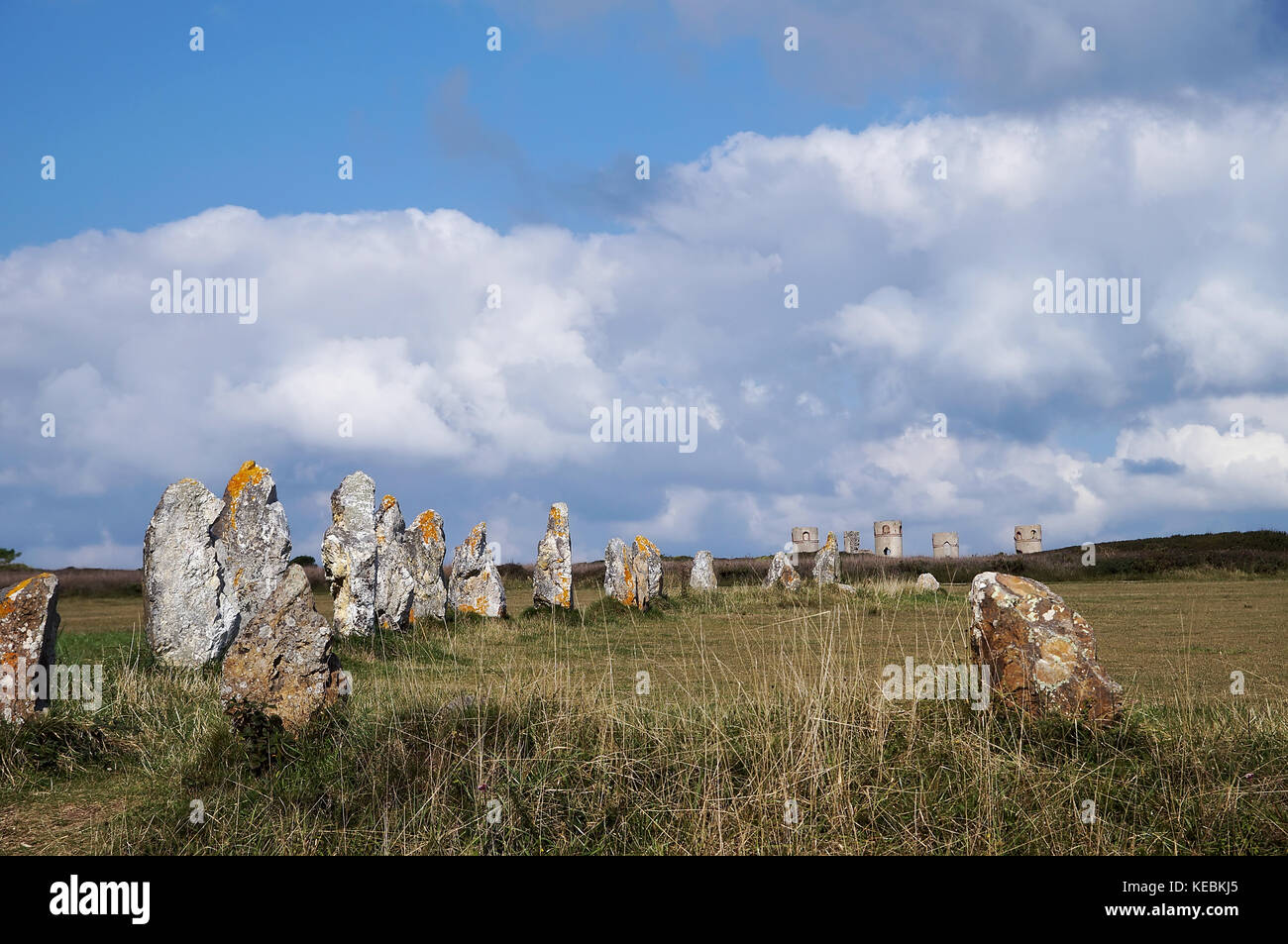 Alignment of Lagatjar megaliths in field with stone tower in background, in Camaret-sur-mer (France-Brittany). - Stock Image
