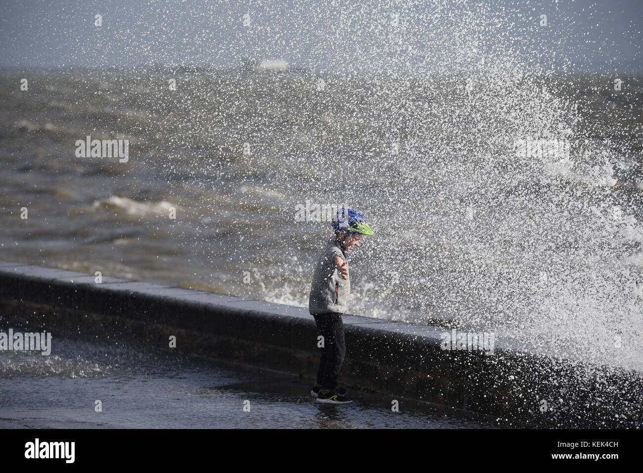 storm-brian-hit-southend-seafront-at-spring-tide-causing-waves-to-KEK4CH.jpg