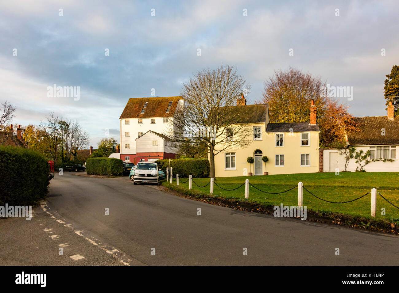 Wickhambreaux, Kent. 25th Oct, 2017. UK Weather. The early morning sunrise lights up the buildings in the pretty - Stock Image