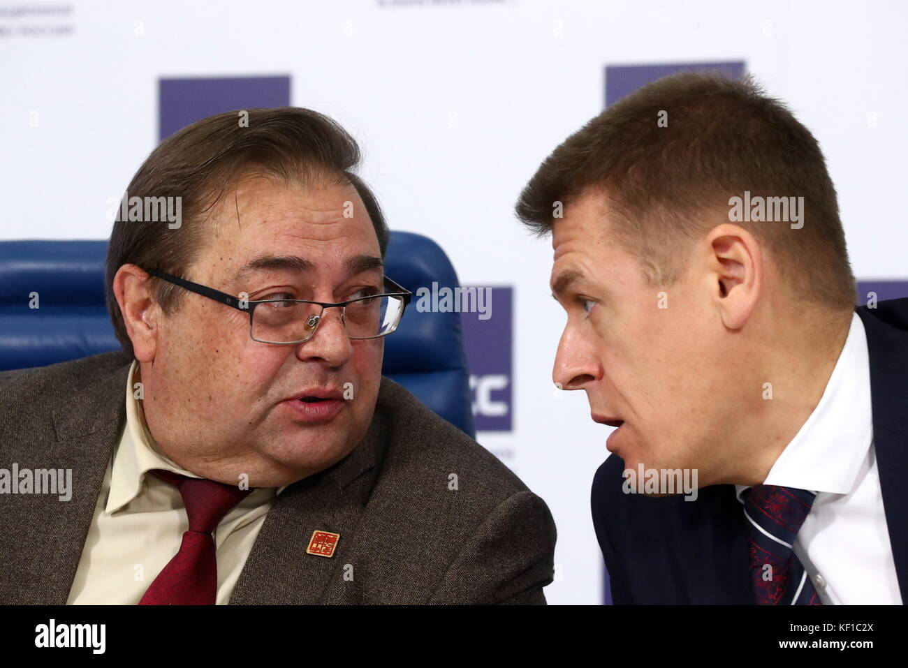 Moscow, Russia. 25th Oct, 2017. Yuri Petrov (L), director of the Institute of Russian History at the Russian Academy - Stock Image