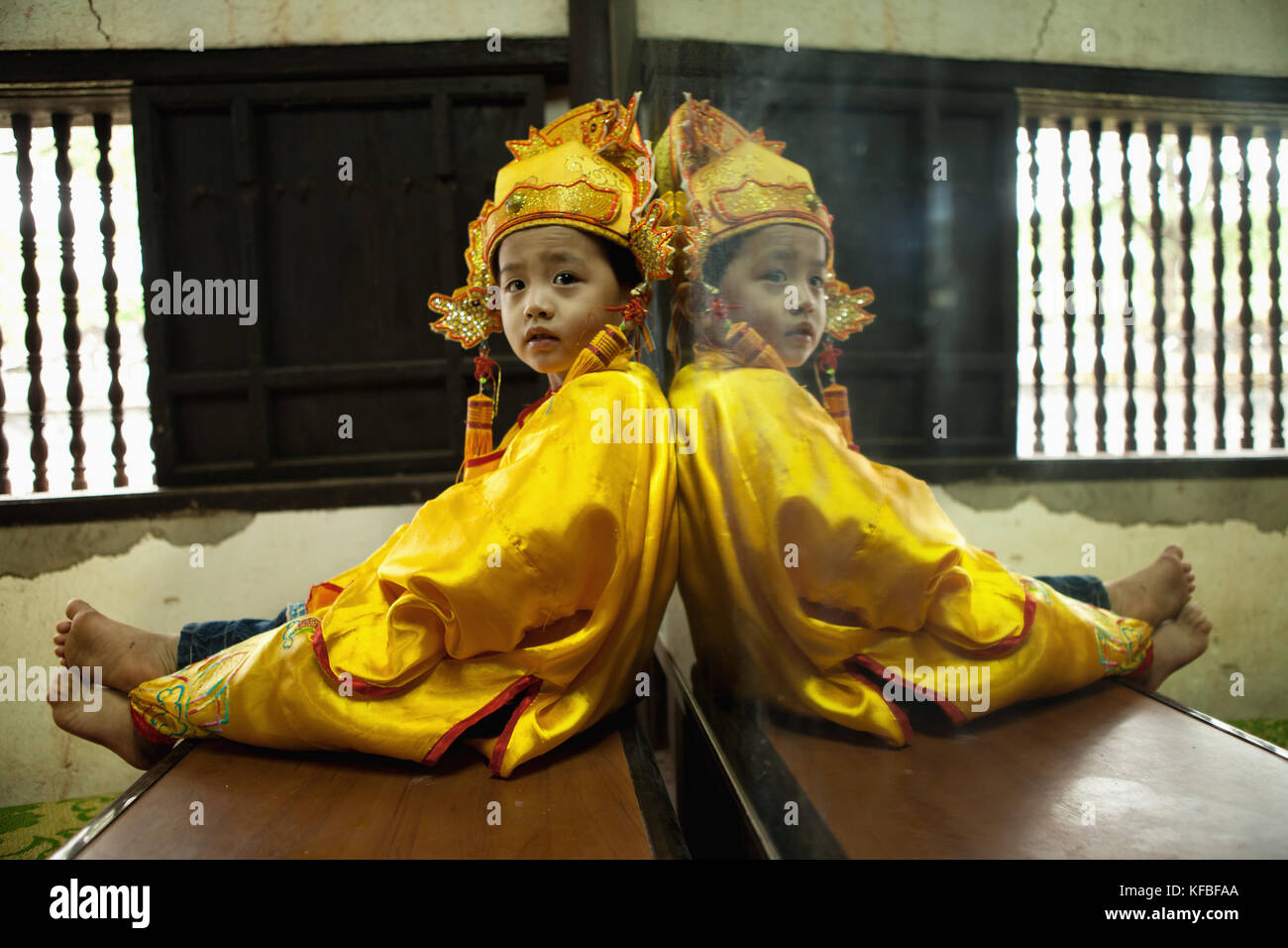 VIETNAM, Hue, Tu Duc Tomb, a young dancer is dressed in traditional Vietnamese costume and waits to perform with - Stock Image