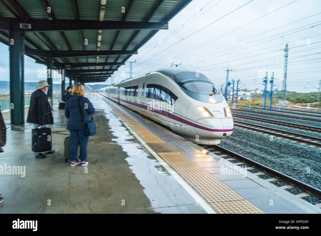 spanish-ave-high-speed-train-operated-by-renfe-arriving-at-antequera-KFP2GY.jpg