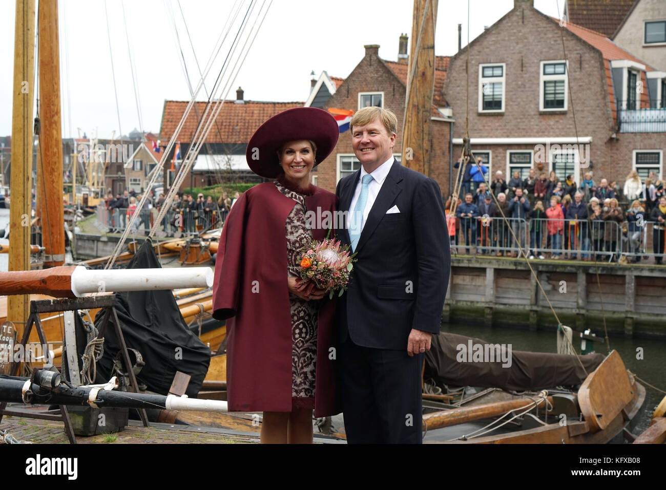 King Willem-Alexander en Queen Maxima of the Netherlands visiting the Harbor of Spakenburg. On the background the - Stock Image