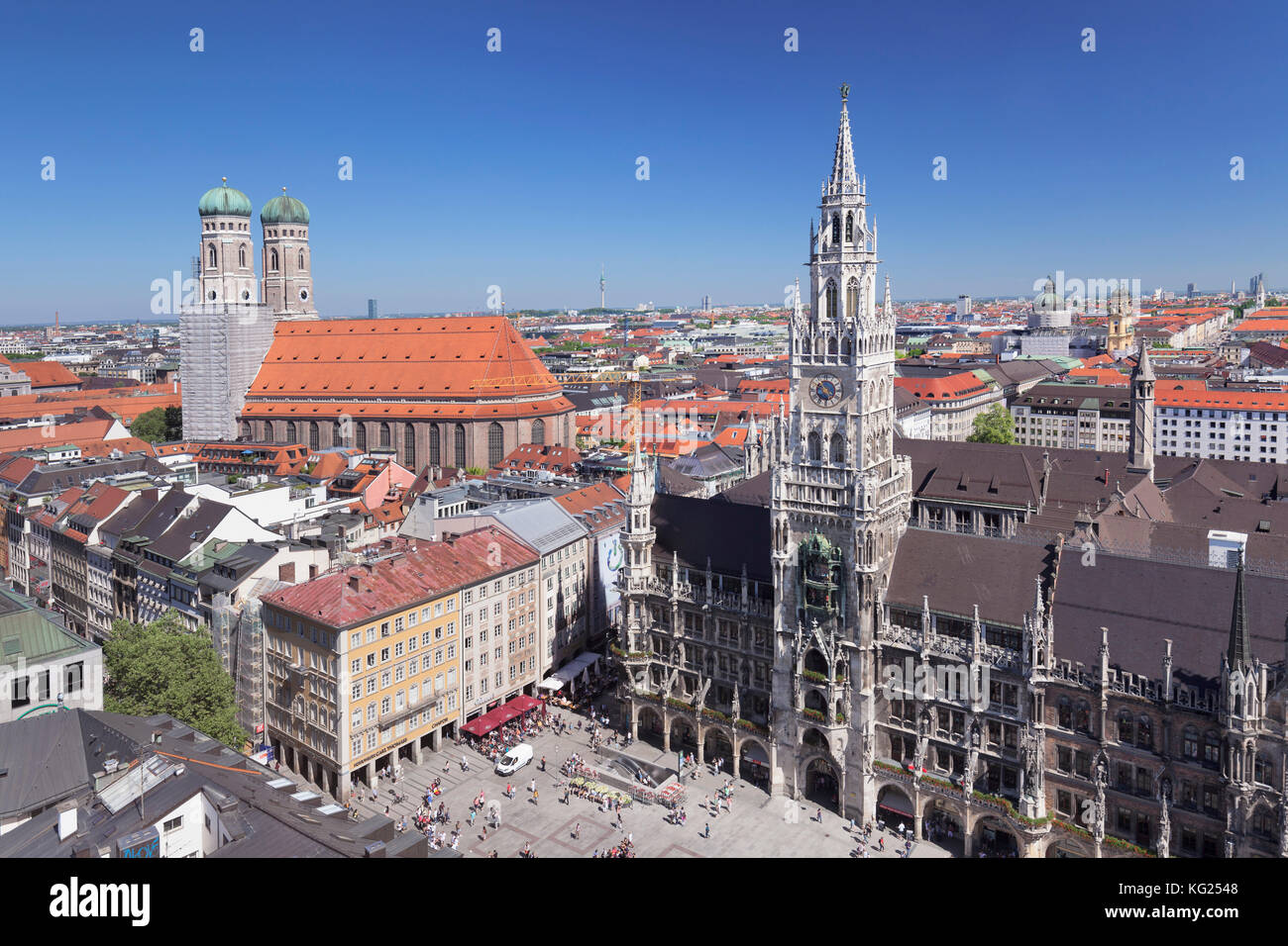 Marienplatz Square with town hall (Neues Rathaus) and Frauenkirche church, Munich, Bavaria, Germany, Europe - Stock Image