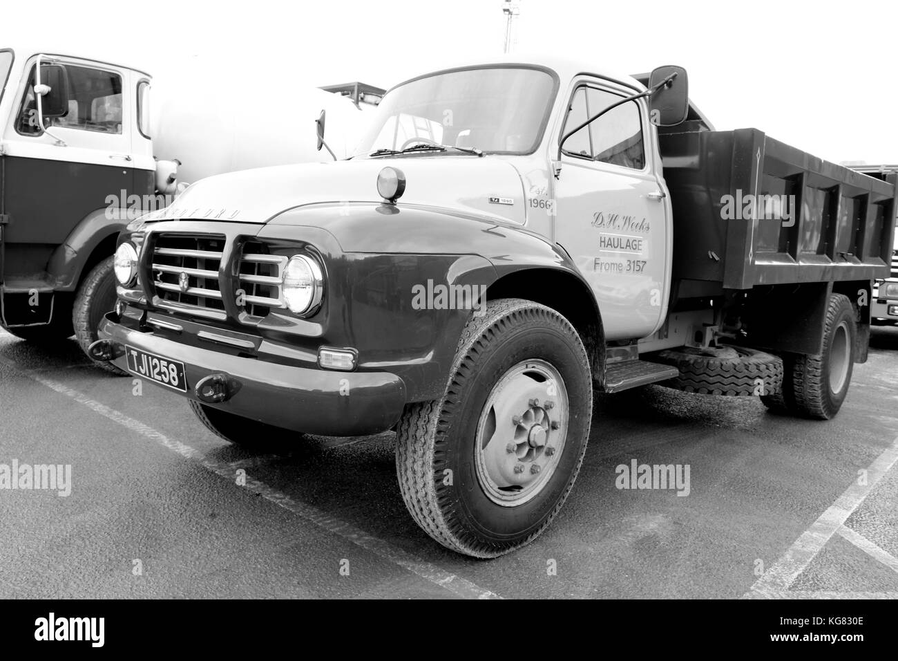 Vauxhall black and white stock photos images alamy for Tj motors new london