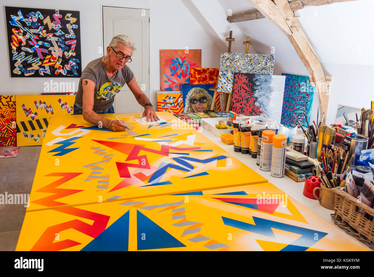 Artist Ed Buziak creating abstract artwork in studio - France. - Stock Image