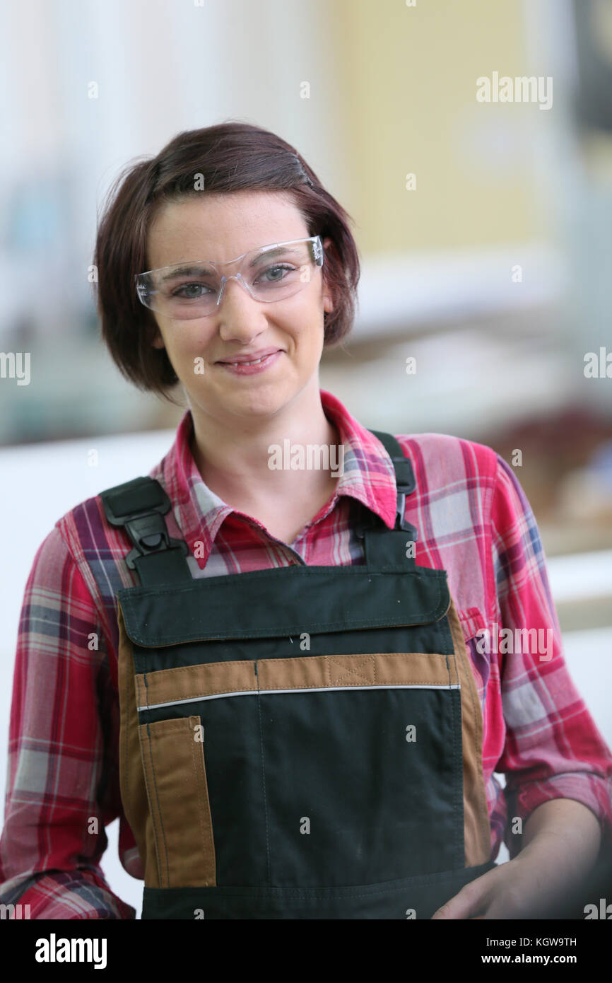 Portrait of young woman in carpentry school - Stock Image