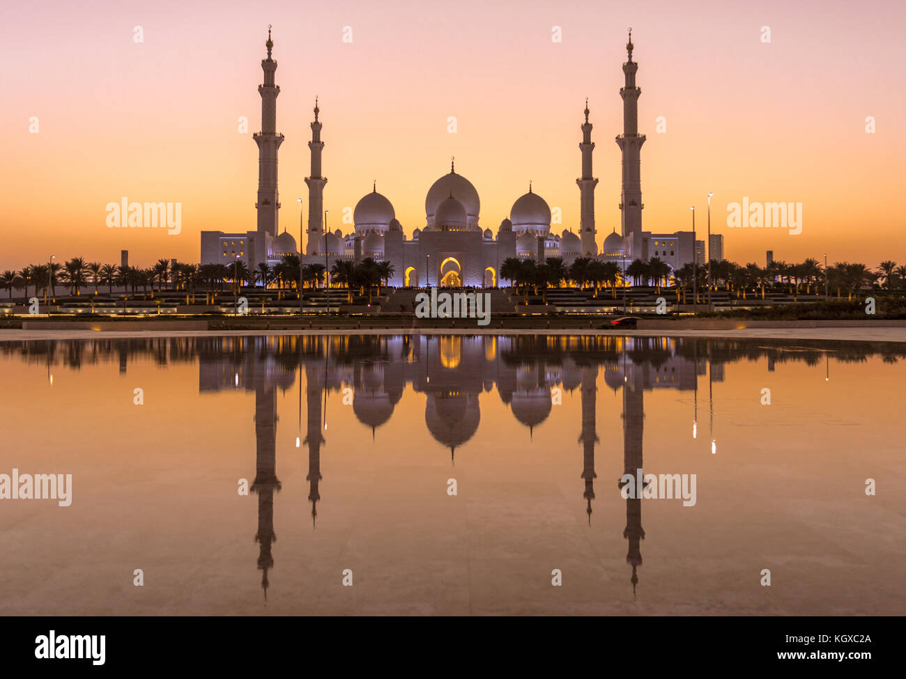 Sheik Zayed Grand Mosque in Abu Dhabi after sunset - Stock Image