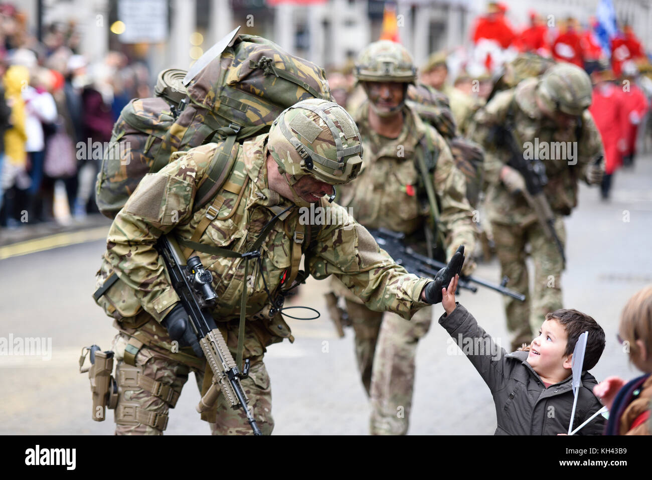 honourable-artillery-company-soldier-high-fives-with-a-delighted-boy-KH43B9.jpg