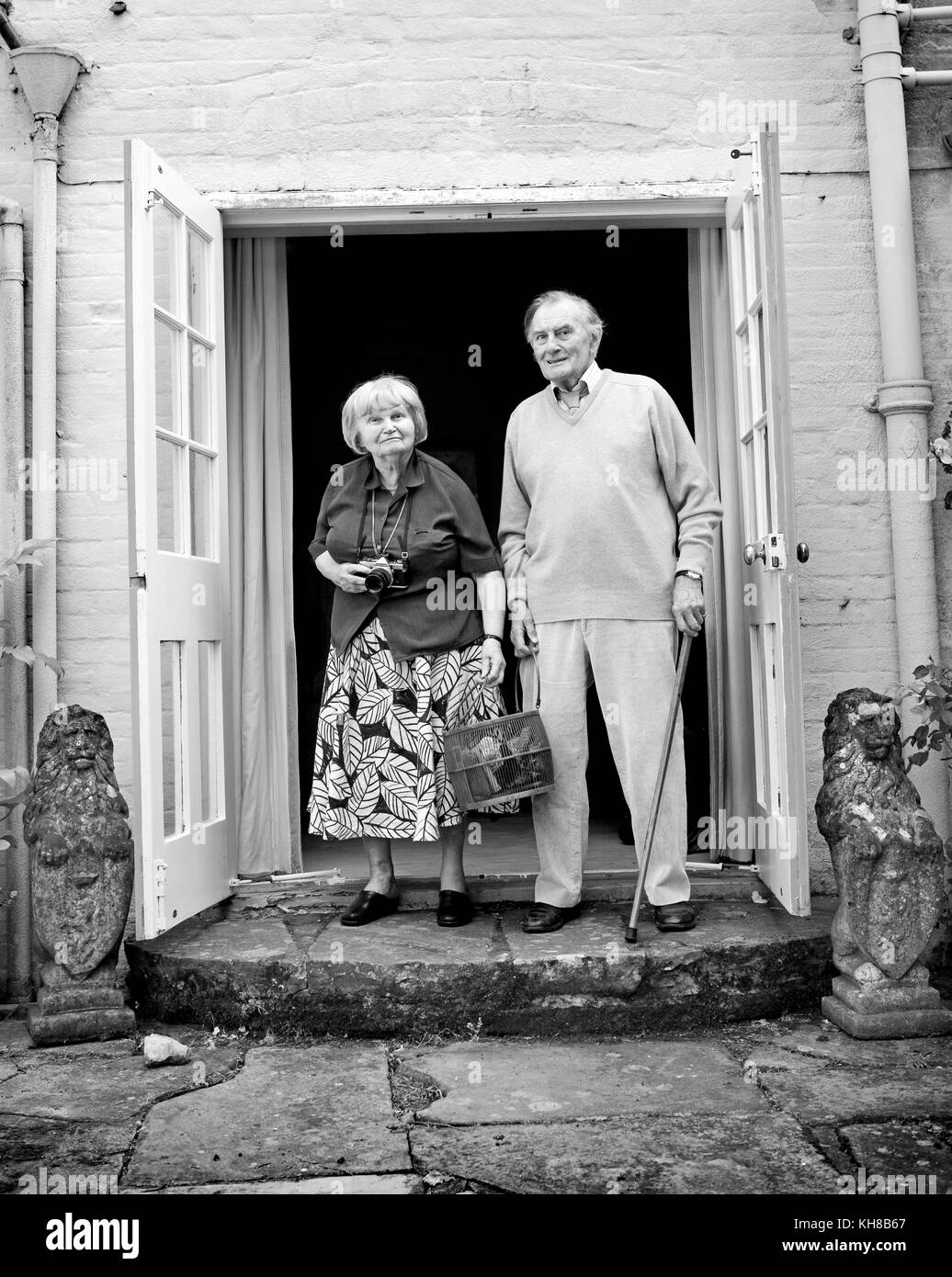 Photographer Jane Bown (13 March 1925 – 21 December 2014) and cartoonist/ illustrator Haro Hodson, B&W portrait - Stock Image