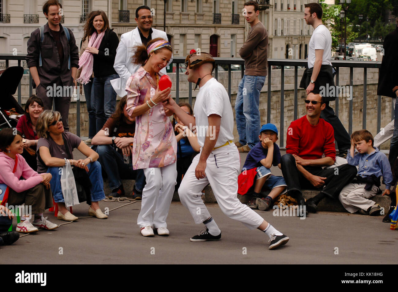 street-performer-entertain-tourists-on-t