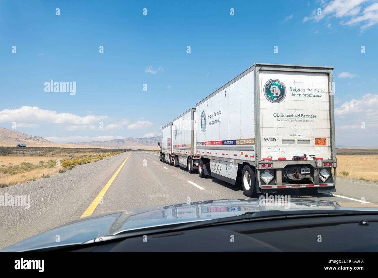 https://c7.alamy.com/comp/KKA9FX/old-dominion-freight-line-triple-trailer-combination-road-train-on-KKA9FX.jpg