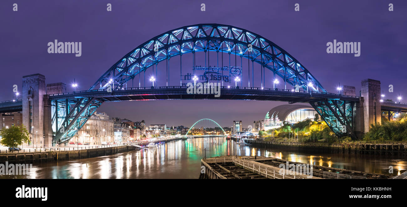 night-photo-looking-along-the-river-tyne-towards-tyne-bridge-and-gateshead-KKBHNH.jpg