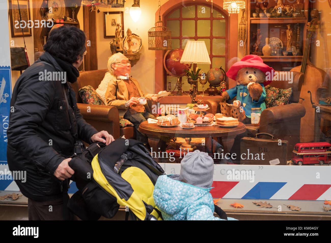 people-looking-at-fenwicks-2017-paddington-bear-christmas-display-KM04GY.jpg