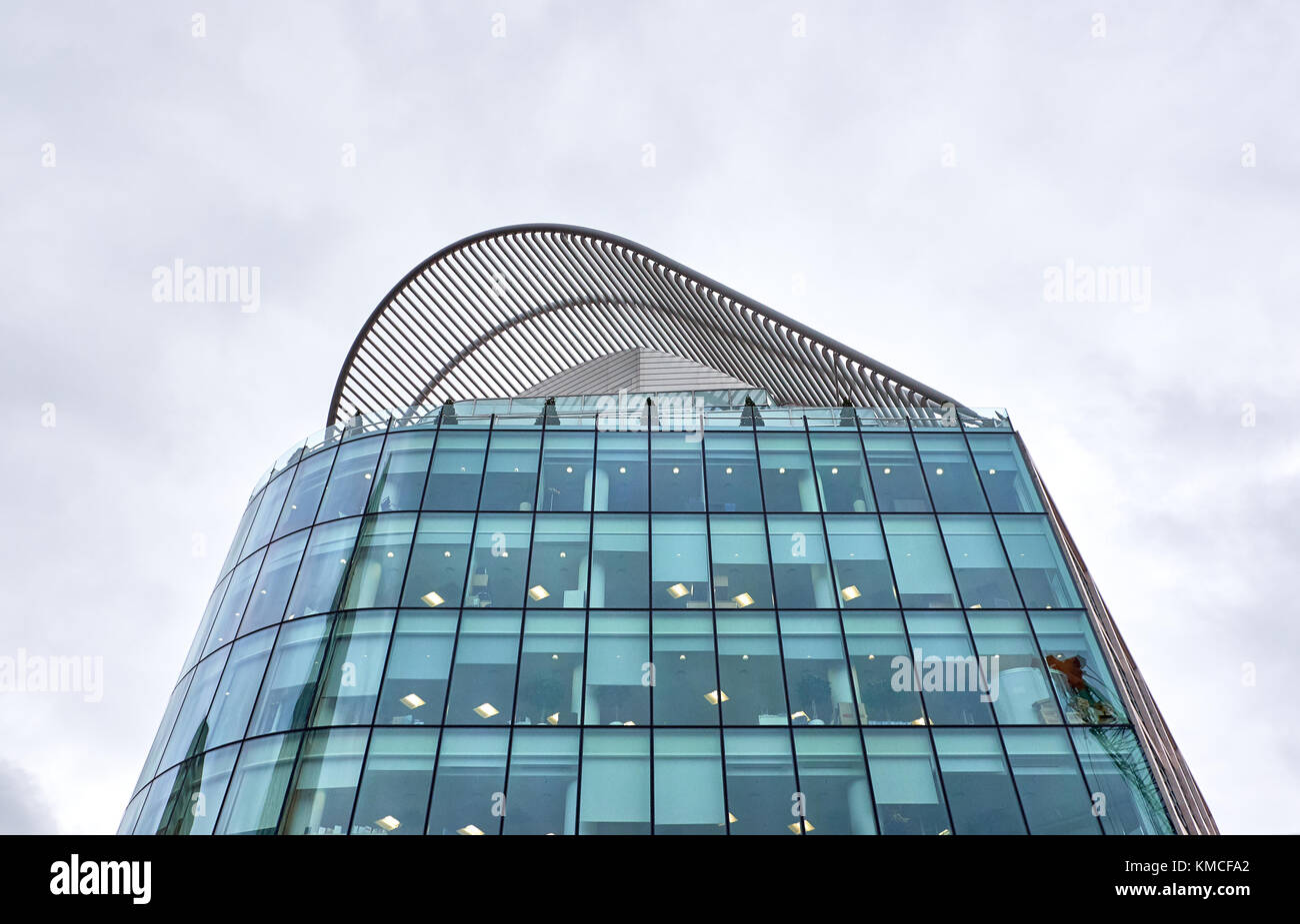 LONDON CITY - DECEMBER 23, 2016: The wavy roof top of a modern highrise building on Vauxhall Bridge road near Victoria - Stock Image