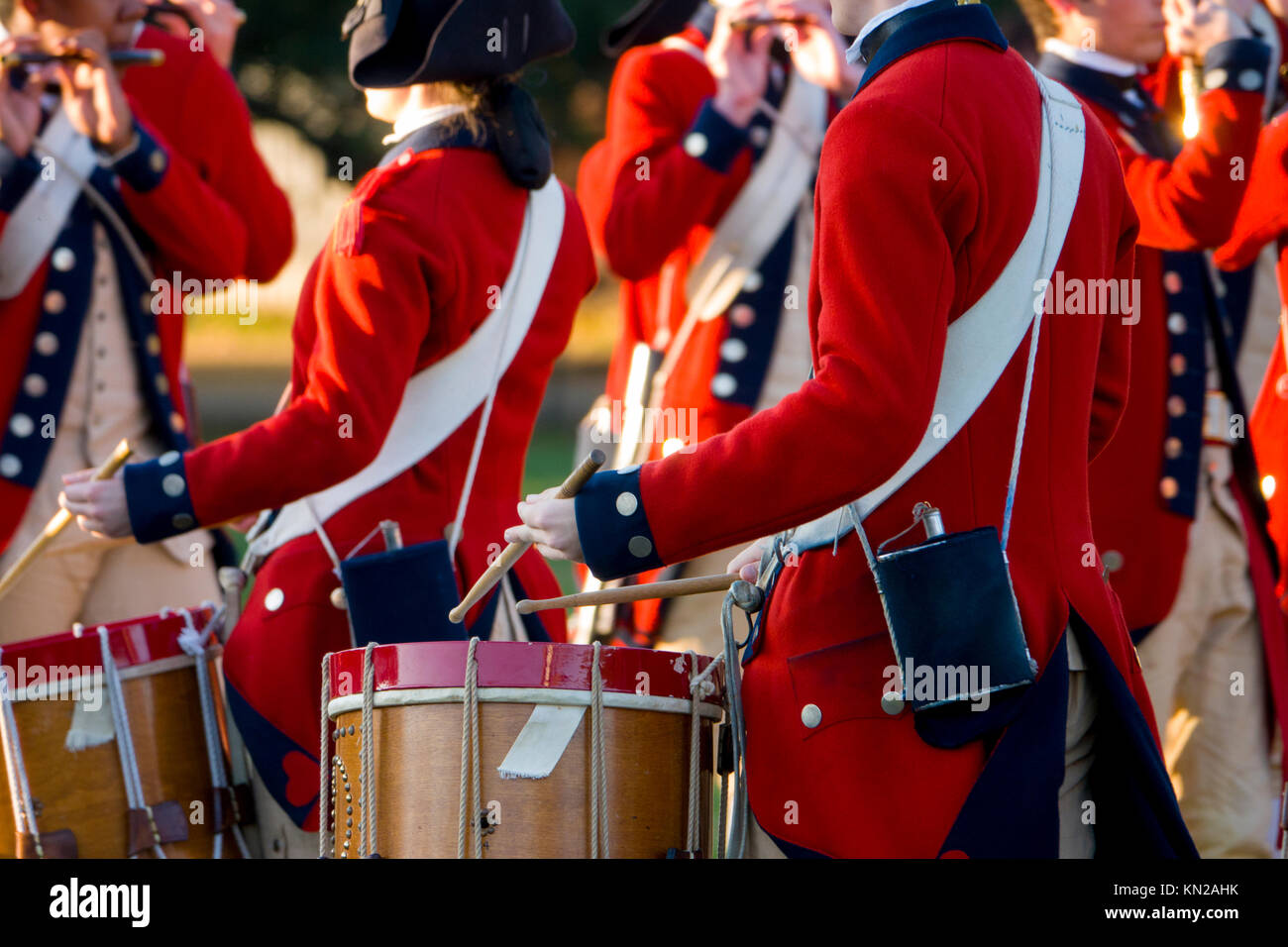 usa-virginia-va-colonial-williamsburg-the-fife-and-drum-corp-marching-KN2AHK.jpg
