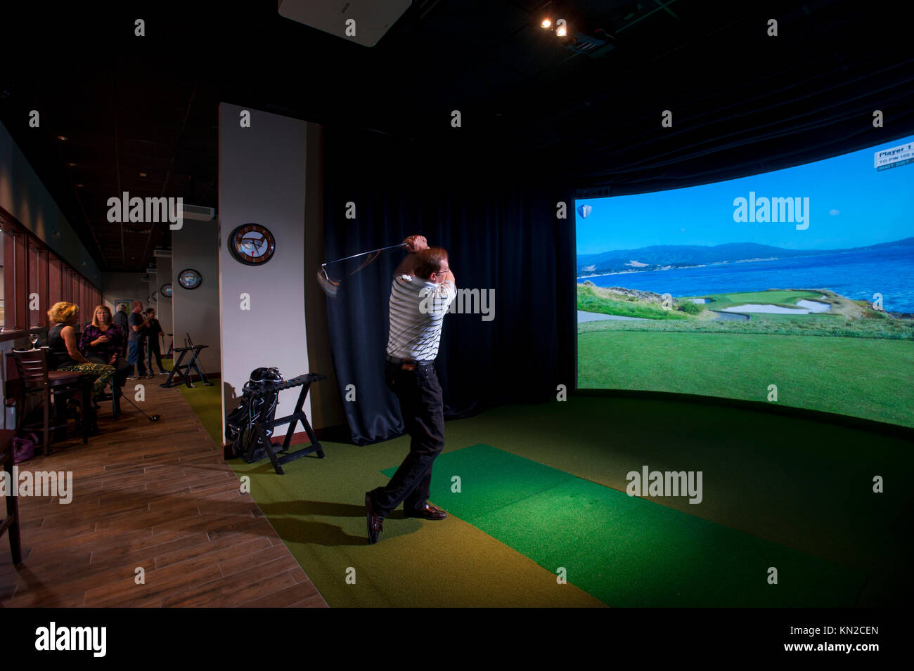 sports-indoor-simulator-virtual-golf-at-revolution-golf-and-grille-KN2CEN.jpg