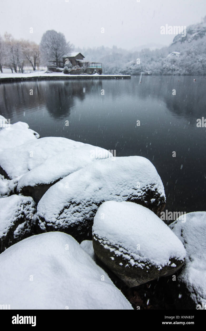 Snow y the lake Lago San Michele of Ivrea, province of Turin, in the Piemonte region of Italy - Stock Image