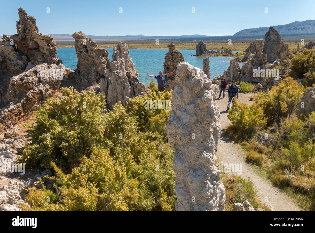 https://c7.alamy.com/comp/KP7456/mono-lake-california-tourists-walking-among-the-tufa-rock-formations-KP7456.jpg