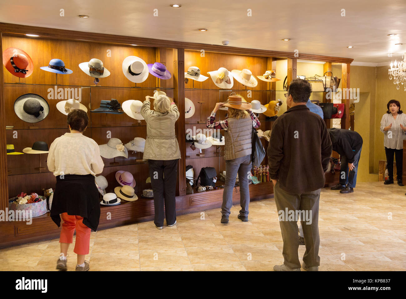 Panama Hat store - people buying panama hats 6fa32db82ef