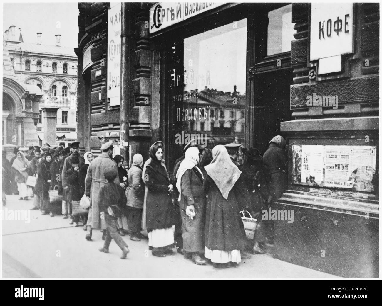 RUSSIAN REVOLUTION - Queueing for food, Tverskaya Street, Moscow. Date: SEPTEMBER 1917 - Stock Image