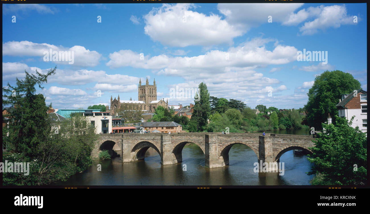 Hereford town and cathedral  and the Old Bridge over the  River Wye, England.        Date: 2004 - Stock Image